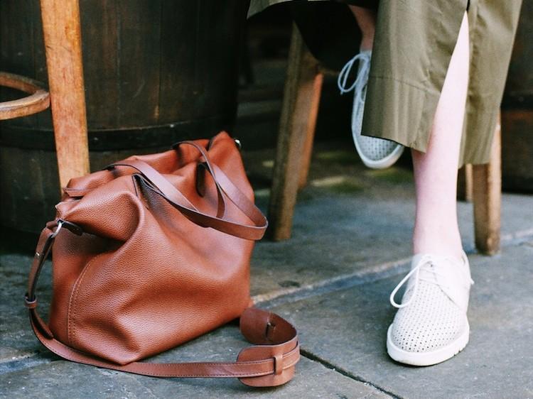 3b6b67d435d Het is bijna tijd om je winterkleren én -accessoires in te pakken en te  kiezen voor frissere en fellere items. In dit artikel onze favoriete  handtassen van ...
